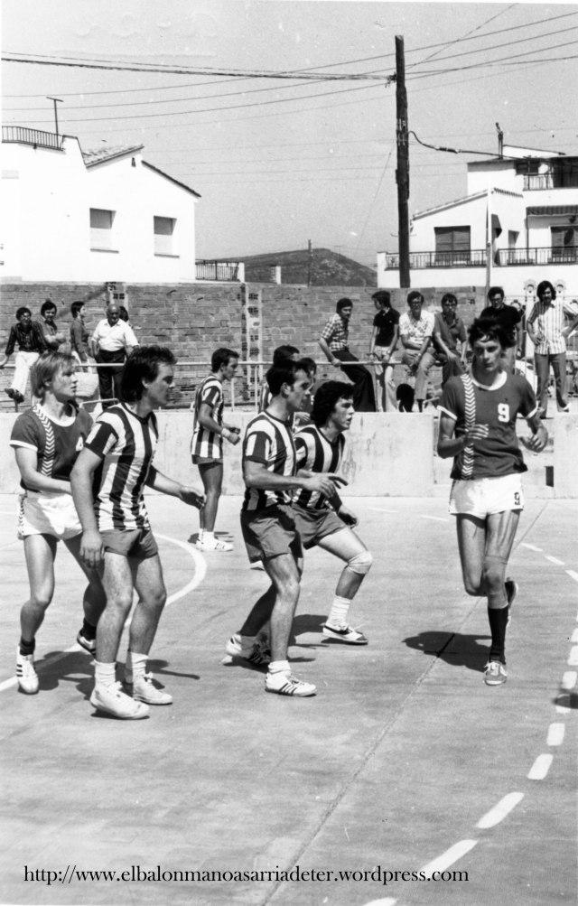 Defensa del Montserrat esperant l'atac del rival. Em primer terme, defensant de segon, Esteve Esparraguera. El segueixen més avançats, Josep Mitjà i Jordi Duran. El segueix Ricard Batllori i a l'extrem esquerre, Ramon Clotas.